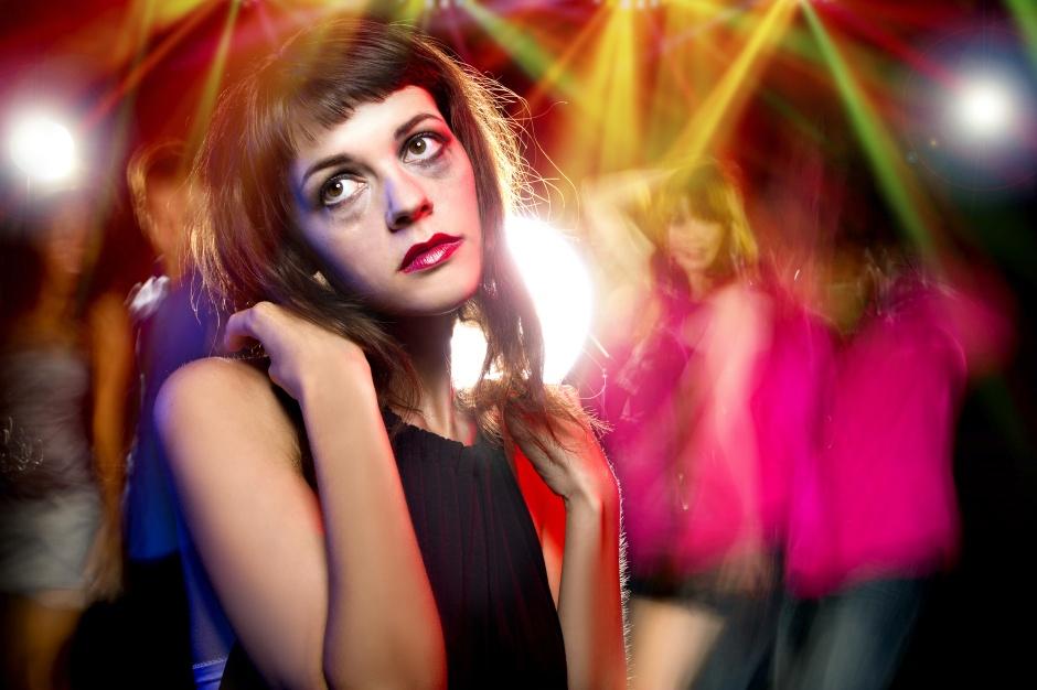 Mulher completamente insana na noite, batida de ecstasy