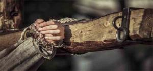 """Não fica muito distante da verdade a imagem que tenta dizer que o portador de HIV vive estigmatizado como tantos outros, que morreram em cruzes diferentes das do Cristo, que é Único. Mas, da maneira como a sociedade nos tem tratado, simplesmente porque não agimos e preferimos ficar escondidos e em silêncio. O que nos falta é o tino de perceber que é a nossa hora de aparecer e,se preciso for, gritarmos para que sejamos ouvidos. Nossa vida não pode ser reduzida a uma seqüência interminável de consultas médicas, exames laboratoriais e caixinhas de remédio. Eu, que falo por mim, quero muito mais, a começar pelo direito de poder trabalhar, para que as coisas não me saiam, sempre, de forma tão deplorável como quando consegui (...) um emprego na menina dos olhos da Contax.: A Tam Reservas. Pelo código do sque do meu FGTS eles descobriram minha soropositividade e, como num passe de mágica, minha vaga """"foi fechada""""... (...)"""
