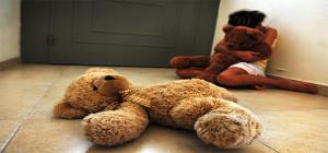 O patife que abusa da esposa, sua consorte e bate nela também é capaz de abusar sexualmente de crianças. Duplamente criminoso merece morrer mil mortes, e as morrerá