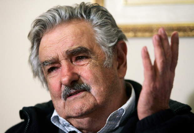José Mujica, o político que anda de fusca e não perdeu sua natural modéstia, mesmo quando foi Presidente do Uruguai, sendo, para mim, um grande exemplo do que é ser um Estadista e não um fantoche sob o guante da gan6ancia que move tantos homens em direção à política com o fito único de obter mais dinheiro para, assim, conseguir mais poder, mais dinheiro e assim por diante, num sinistro  moto-perpétuo ....