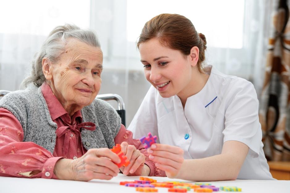 Velha senhora sendo acompanhada por sua prestadora de cuidados, uma profissão que estará muito em voga nos anos 20 e 30. É preciso começar a formar estas pessoas AGORA e ocritério basico de seleção é o de amor ao próximo