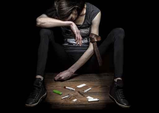 La mujer joven presenta el drogadicto.