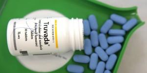 SAN ANSELMO, CA - 23 DE NOVEMBRO: uma garrafa de drogas anti-retrovirais Truvada é exibido na Farmácia do Jack em 23 de Novembro de 2010 em San Anselmo, na Califórnia. Um estudo publicado pelo New England Journal of Medicine mostrou que os homens que tomaram a pílula anti-retroviral diário Truvada reduziu significativamente o risco de contrair HIV. (Foto Ilustração por Justin Sullivan/Getty Images