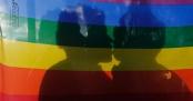 casal-gay-coberto-por-bandeira-se-beija-durante-manifestacao-no-dia-internacional-contra-a-homofobia-em-quito-equador-1338842434761_956x500