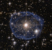 Como vinhos espumantes no centro desta bela imagem da NASA/ESA feita pelo telescópio espacial Hubble  é uma Wolf-Rayet estrelas conhecido como WR 31a, localizado a cerca de trinta mil anos-luz de distância na constelação de Carina (quilha). O globo azul distintivo parecendo circundar WR 31a e sua não catalogada estrela ao lado , é uma Wolf-Rayet nebula - uma nuvem de poeira interestelar, composta por hidrogénio, hélio e outros gases. Criado quando a velocidade estelar do ventos estelares  interagiam com as camadas exteriores de hidrogénio ejetado pelas estrelas Wolf-Rayet stars, esta nebulosa são freqüentemente em forma de anel ou esféricas. O globo - que se estima ter  se formado em torno de vinte mil anos atrás - está se expandindo a uma taxa de cerca de 220 000 quilómetros por hora! Infelizmente, o ciclo de vida de uma Wolf-Rayet star fica apenas a algumas centenas de milhares de anos - um piscar de olhos em termos cósmico. Apesar de ser o início de vida de uma estrela com uma massa de pelo menos vinte vezes maior que a do Sol, Wolf-Rayet stars normalmente perdem a metade de sua massa em menos de cem mil anos. E WR 31a não é exceção a este caso. Por conseguinte, finalmente pôr fim à sua vida como um espectacular supernova e o  material estelar expelido do sua explosão será mais tarde nutrir uma nova geração de estrelas e planetas. Foto: Hubble/NASA