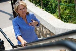 Mulher subindo por escada rolante